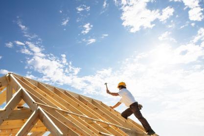 Pose de revêtement de toiture à La Ferté-Macé, non loin d'Argentan